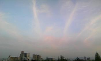 放射状に延びる雲090418_1833.jpg