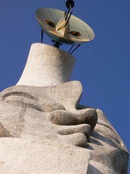 太陽の塔(下から).JPG